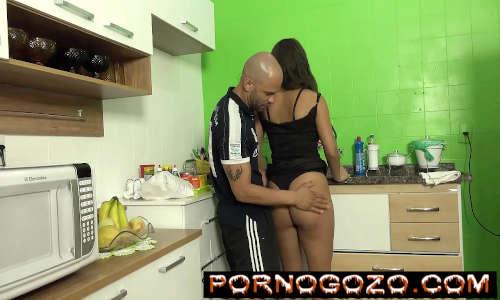 Sogrão comeu a namorada safada novinha brasileira do seu filho na cozinha sem dó PornoGozo