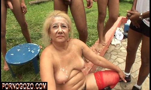 Surubão gostoso da coroa loira cara de safada dando para vários no gangbang amador e banho de porra