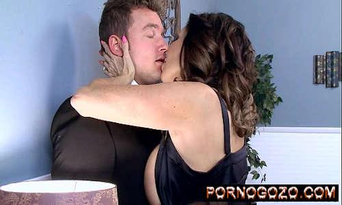 Tara Holiday é fodida pelo genro novinho beijo com pegada Porno Gozo