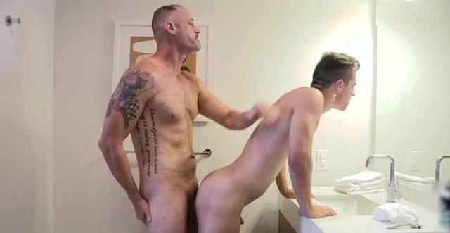 Tatuado comendo o cunhadinho da bunda gostosa na pia do banheiro