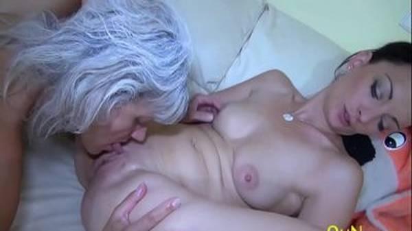 Tia e sobrinha lésbicas se chupando no sofá