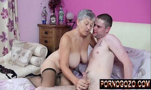 Tia gostosa tesuda realizando fetiche sexual com o sobrinho novinho dotado