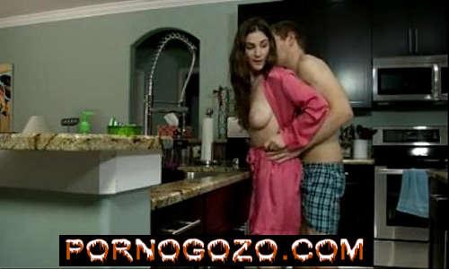 Tia tesuda na cozinha Em uma noite de sexo com jovem rapaz