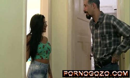 Tio espiando a Sobrinha gostosa brasileira gostosinha no quarto acabou comendo PornoGozo