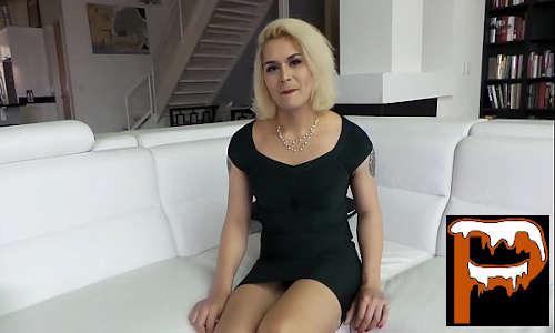 Transex ninfeta loirinha filhinha de papai no sofá se masturbando com muita vontade