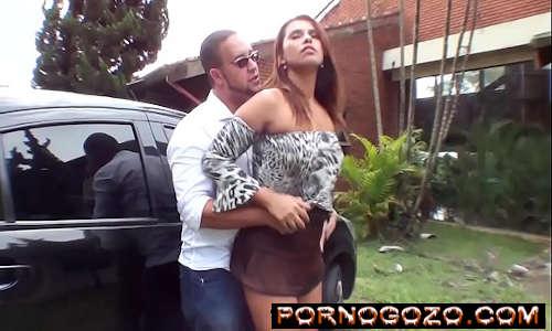 Transou com a mulher gostosa brasileira do amigo de sainha curta marrom provocando PornoGozo