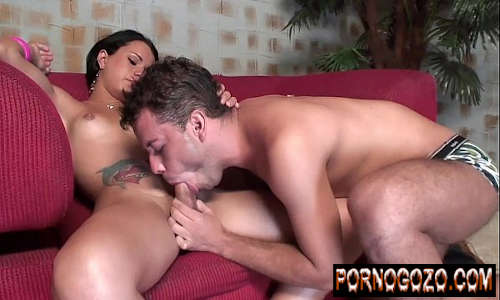 Travesti brasil novinha magrinha recebendo mamada gulosa do bi e dando a bundinha com tesão no sofazinho
