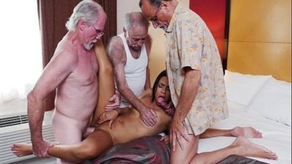 Trio de velhos tarados comendo a novinha gostosa morena putinha