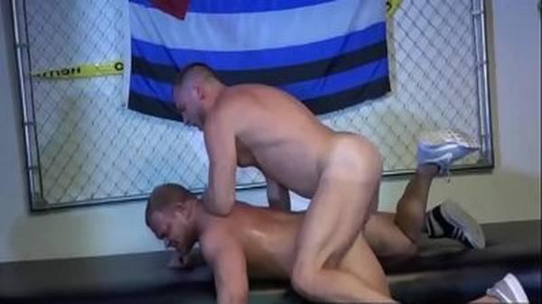 Ufc gay aluno sarado chupando e dando o cú pro treinador gostoso