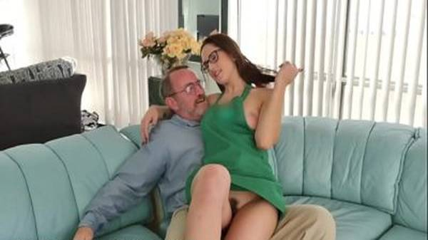 Universitária da buceta peluda faz sexo na festa de aniversário com o tio