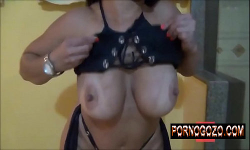 Véia Carla coroa amadora siliconada mostrando as tetas enormes na webcam