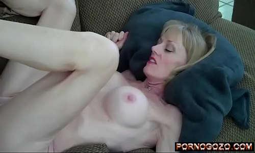 Vídeo de mulher pelada fazendo sexo gostoso coroa rica loira siliconada