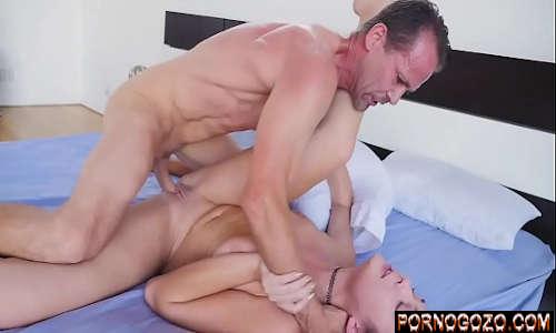 Vídeo de sexo nao conto com loirinha gemendo na foda selvagem com padrasto