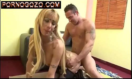 Vídeo grátis de travesti loira dando de quatro fazendo manha pro machão duro como uma estaca de madeira