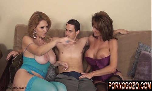 Vídeo pornográfico de coroas gostosas dando no sofá pro novinho magrelo