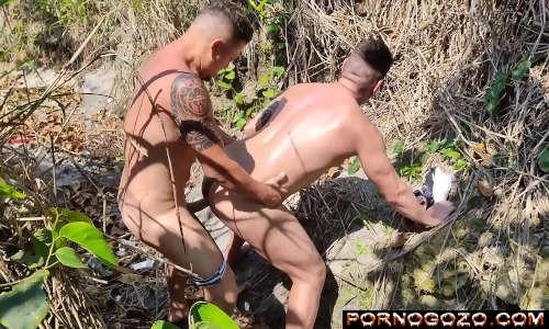 Vídeo pornográfico de homem com machos sarados na foda na praia de São Vicente