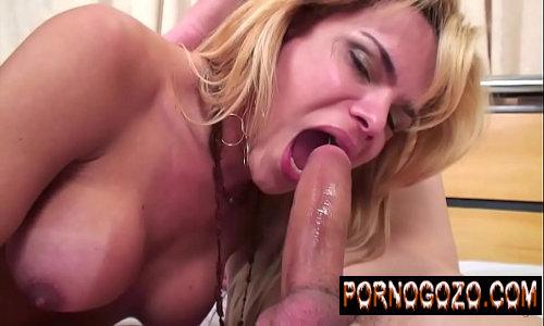 Vídeos de travesti loirinha enchendo a boca de pica e fudendo forte