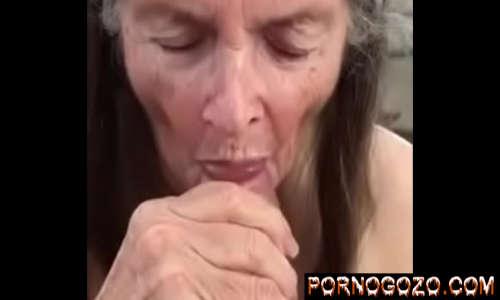 Velha amadora chupeteira pagando uma gulosa no fundo do quintal com a boca mole deliciosa
