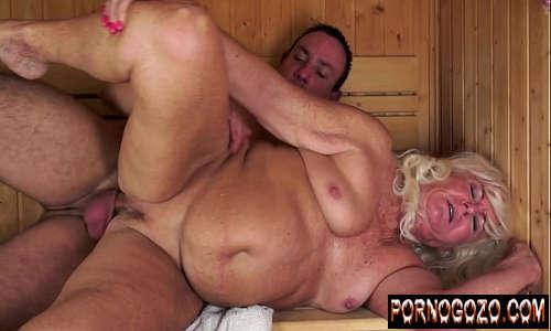 Velha bem puta fazendo sexo gostoso na sauna com desconhecido
