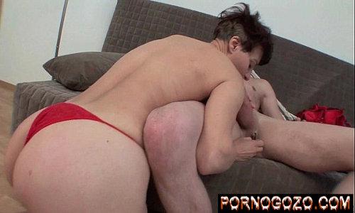 Velha da bunda grande só de calcinha vermelha pagando boquete gostoso na pica do novinho de 18 no sofá