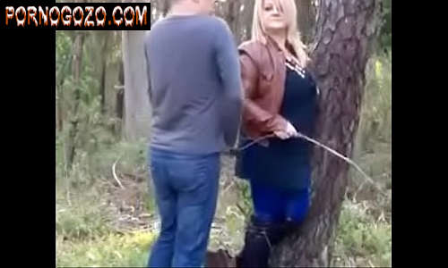 Velha puta amadora fazendeira seduzindo um novinho para meter no meio do mato