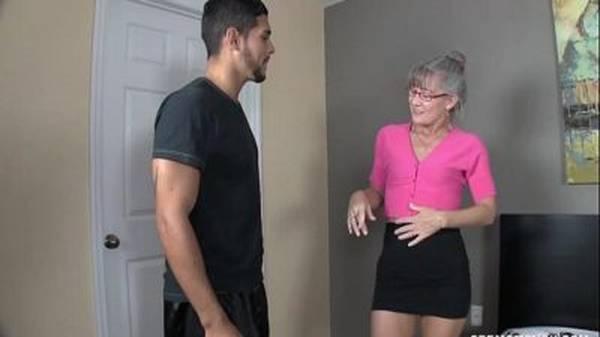 Velha puta madrasta acabando com enteado garotão no boquete