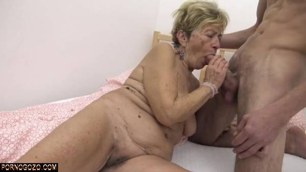 Velha puta nua saboreando a piroca do novinho na cama tomando porra