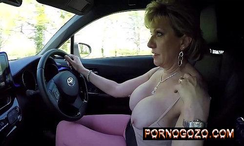 Velha rica coroa peituda se masturbando no carro exibindo as tetonas brancas lindas
