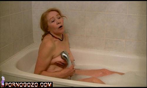 Velha safada se masturbando dentro da banheira e imaginando fetiches contos eróticos com novinhos
