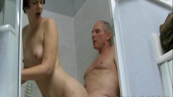 Velho avô fazendo sexo no banho com neta branquinha bem rabuda