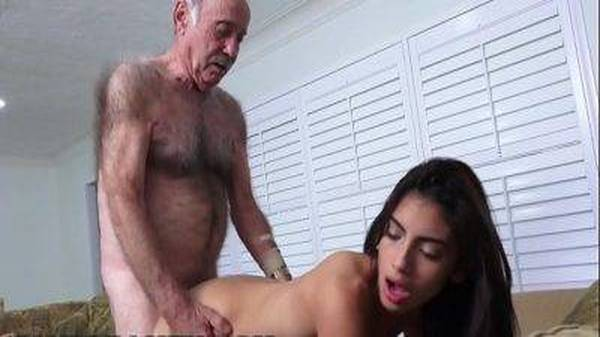 Velho idoso comendo a moreninha magrinha novinha amiga da neta