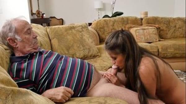 Velho pagando aposta com a neta novinha boqueteira em um sexo oral