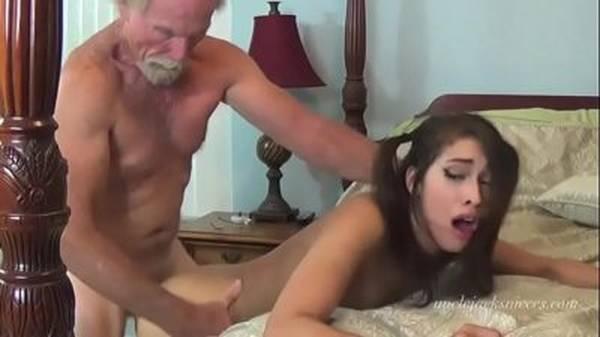Velho tarado barbudo comendo a enteada magrinha na cama da mulher