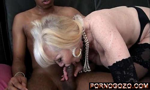 Video de xxx sexo com coroa da boca carnuda rica transando com dois negões