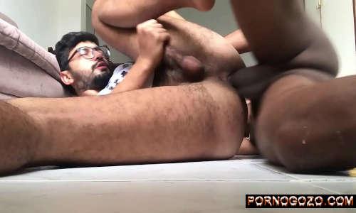 Video pornô de homens novinho nerd dando de ladinho pro primo negão dotado