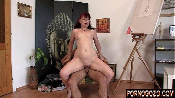 Video porno boa foda com coroa gostosa artista sentando no cacete do cliente novinho