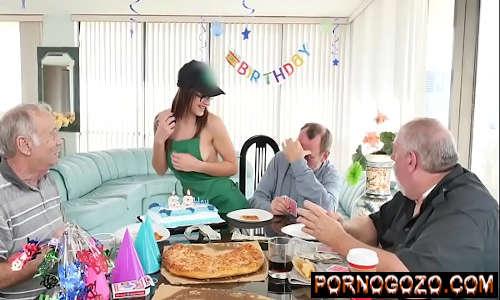 Video porno com Três amigos idosos velhos tarados e uma ninfetinha em festinha