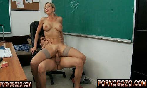 Video porno com professora gostosa deliciosa pra caralho fodendo com aluno na sala