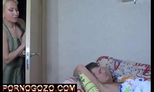 Videos de cexo com a madrasta gatona Assediando O Sobrinho Inocente até dormindo
