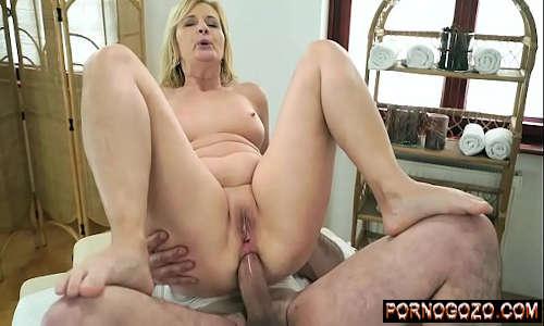 Vidio de sexo com coroa loira dando o cu pro massagista