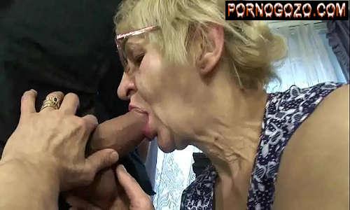 Vovó loira com óculos fazendo sexo oral na rola de um garotão com a boca mole gostosa