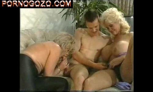 Vovós vagabundas dando o cu na suruba deliciosa pro novinho sexo a três