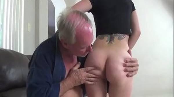 Vovô comendo a neta ninfeta branquinha linda no sexo anal amador