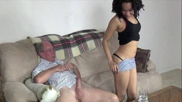 Vovô comendo a neta que tirou shortinho socado no sofá com tesão
