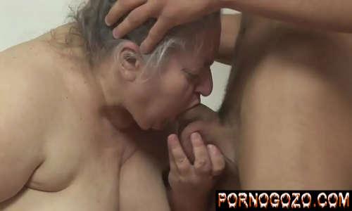 Vozinha gorda safada mamando o amigo do seu neto engolindo o pau fazendo garganta profunda