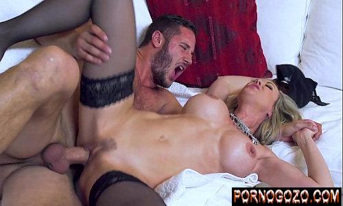 X videos porno gratis do Brazzers loira cavala milf entregando o bucetão todo aparado pro novinho metedor no sofá