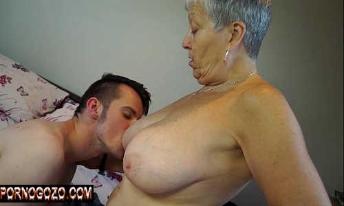 Xvideos comendo a mãe do meu amigo dos peitos caídos coroa putona
