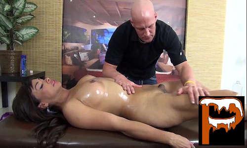 Xvideos sexo travesti morena toda nua dando pro massagista fodedor carecão sem vergonha